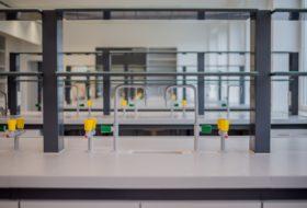 Zdjęcie 3 – Wylewki wody i gazu na laboratoryjnym stole wyspowym.