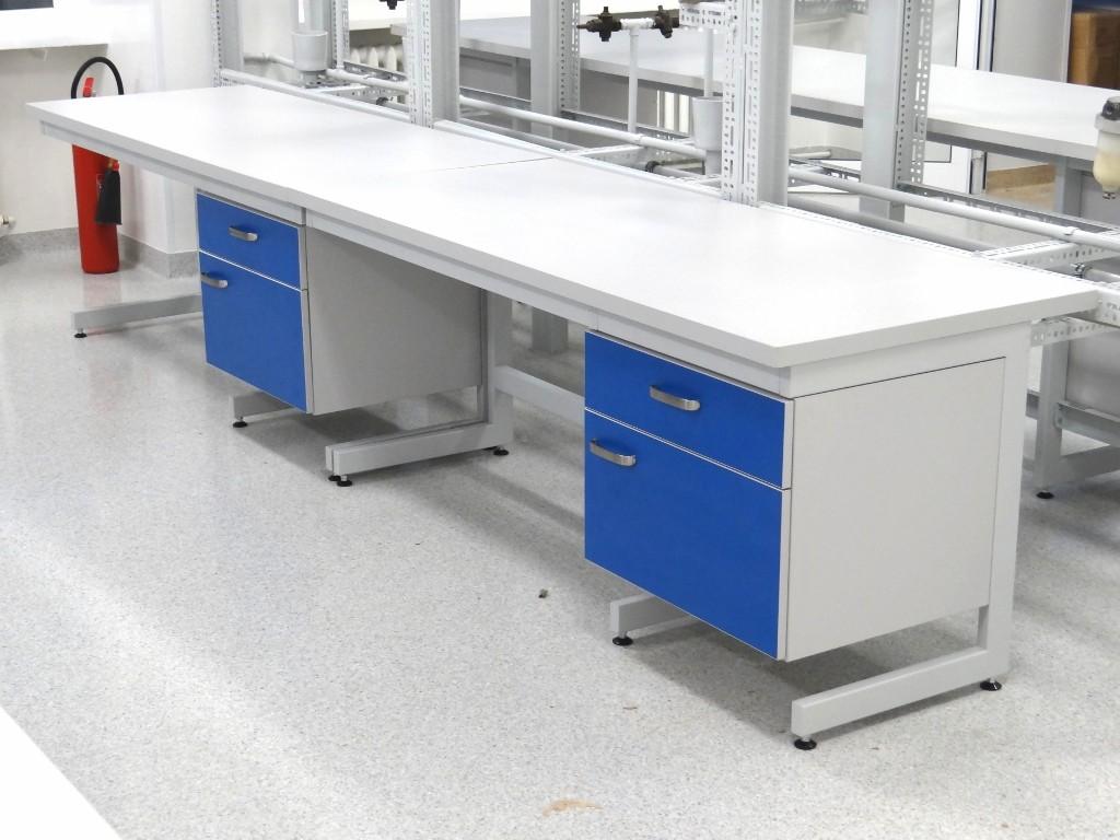 4 stoły przyścienne_POLFLEX -meble laboratoryjne -dygestorium - 013 (1024x768)